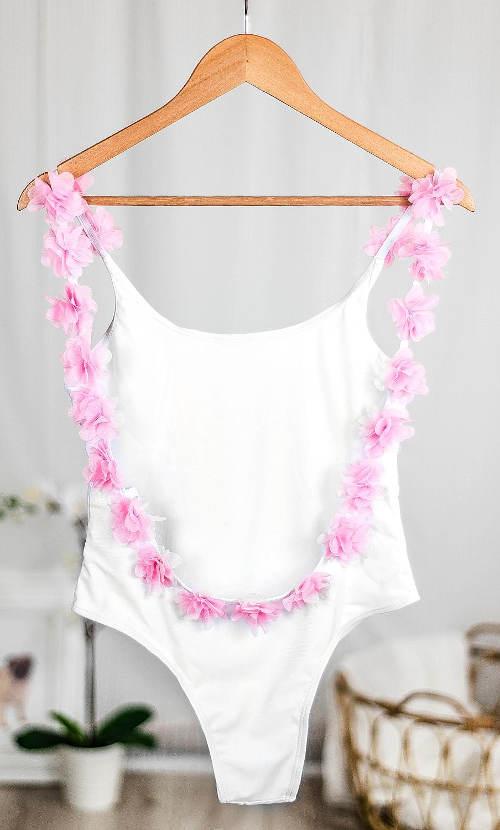 Biały jednoczęściowy kostium kąpielowy z kwiatowym ornamentem