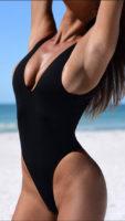 Damski strój kąpielowy jednoczęściowy z czarnymi stringami