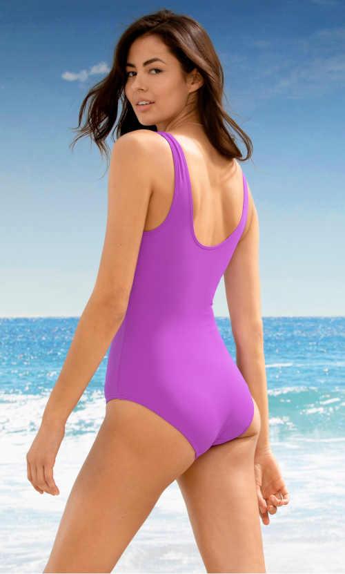 Fioletowy, nowoczesny kostium kąpielowy z efektem ściągania.