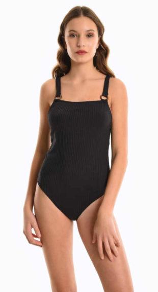 Prążkowany kostium kąpielowy z metalowymi kółkami i dłuższymi ramiączkami.